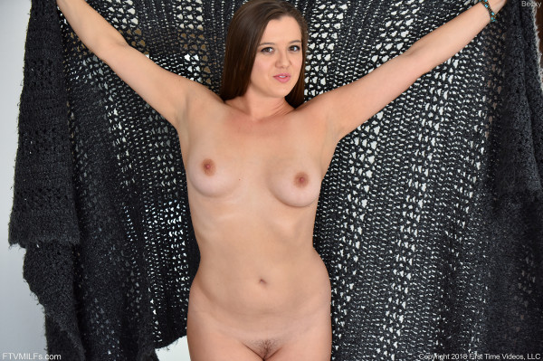 Junge Hausfrau in sexy Dessous